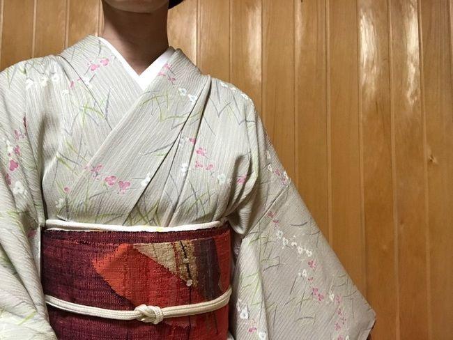 単衣小紋(小花柄の経シボ・伊と忠)に渡文の紬名古屋帯のコーディネート