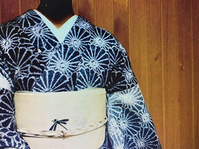 菊青海波の有松絞り・有松鳴海絞りの浴衣を着物風に蜻蛉文様の紗の白地銀通し9寸名古屋帯とコーディネート